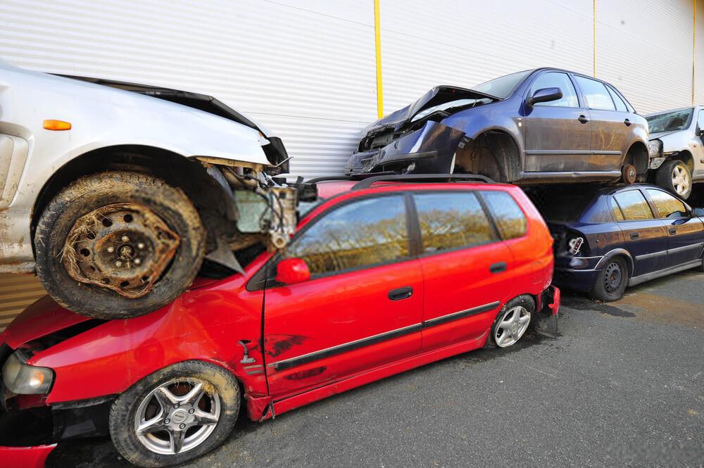 Kaputte Fahrzeuge vor der Verschrottung auf einem Schrottplatz