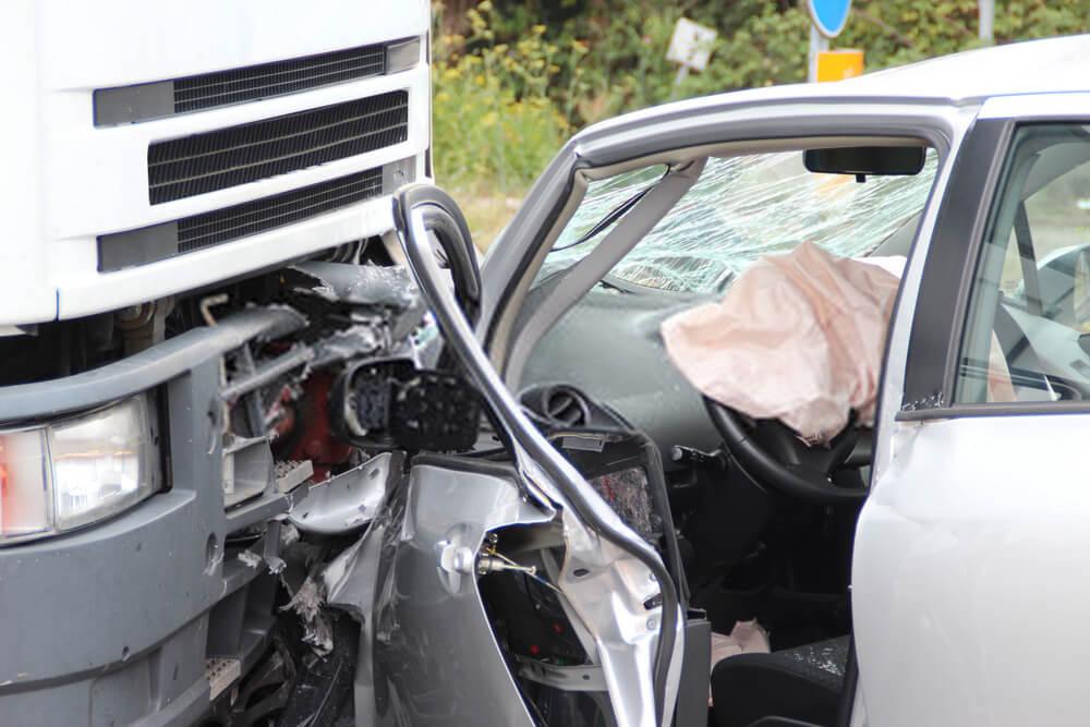 Crash zwischen PKW und LKW - Autoverschrottung, Autoverwertung, Autoentsorgung deutschlandweit