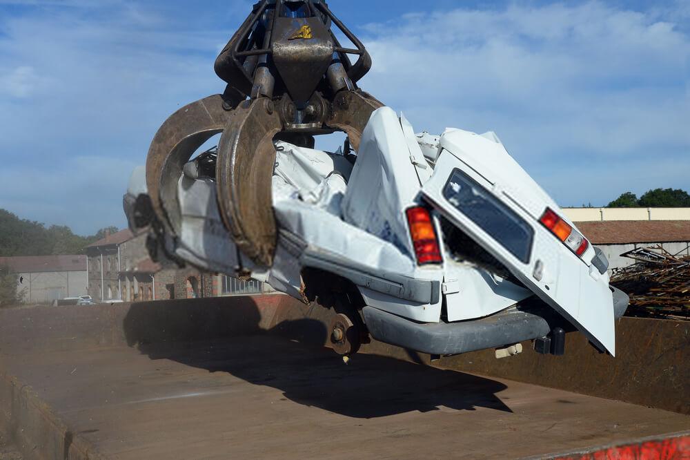 Unfallwagen auf dem Schrottplatz - Autoverschrottung, Autoverwertung, Autoentsorgung deutschlandweit